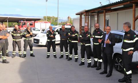 Il presidente Menesini col comandate Coppola e alcuni vigili del fuoco di Lucca