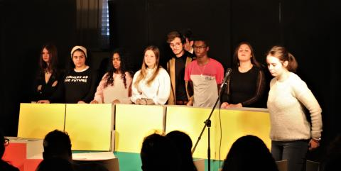 Un momento della performance degli studenti