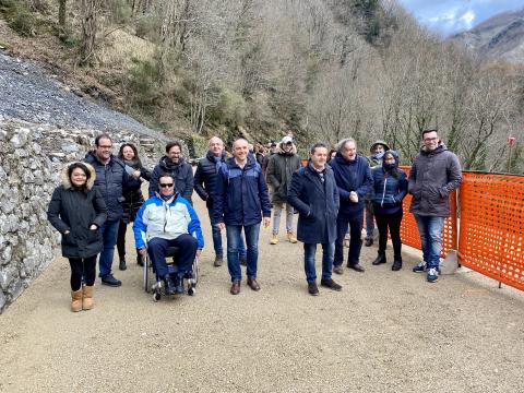 Amministratori e tecnici prima della riapertura della sp 13 di Valdarni a Isola Santa