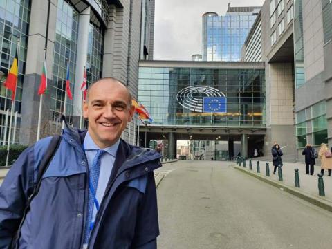 Menesini davanti alla sede Ue di Bruxelles