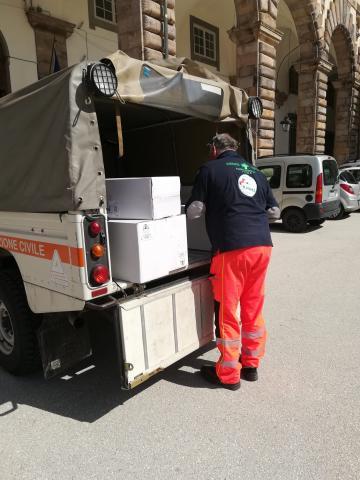 Uno dei carichi di mascherini arrivati a Palazzo Ducale