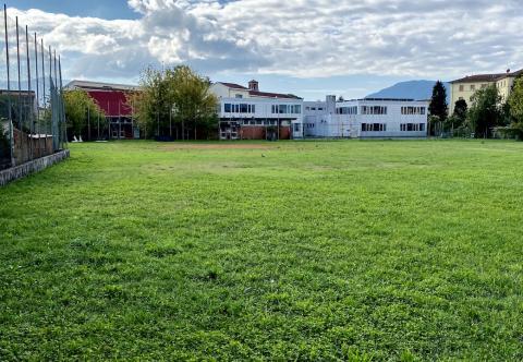 Gli spazi esterni del Liceo dove sorgeranno 2 campi da calcetto