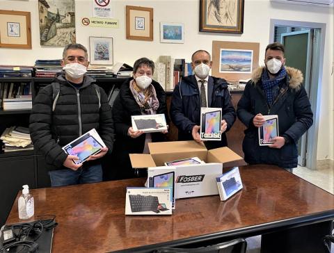 La consegna del materiale alla scuola di Viareggio