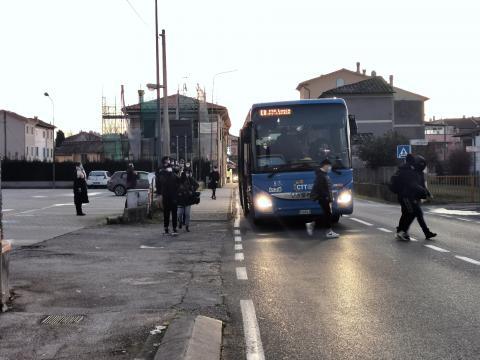 Studenti a una fermata del bus