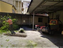 Si pulisce il cortile dove saranno allestiti bagni e area Covid