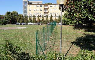 La recinzione interna che divide l'area destinata alla scuola da quella sanitaria
