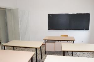 Un'aula pronta per essere occupata