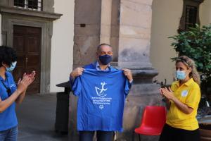 La Maglietta consegnata a Menesini dall'associazione