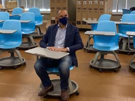 Menesini su un banchino mobile all'ITI Fermi di Lucca